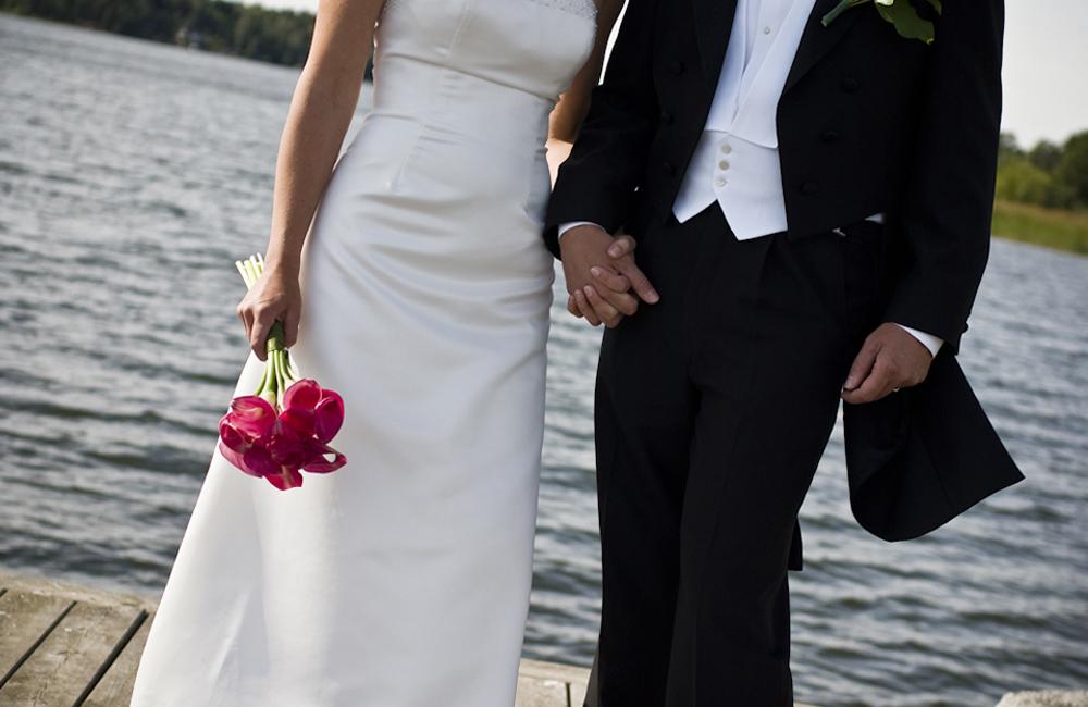 bröllop_ekerö_klassiskt_porträtt_vatten_46