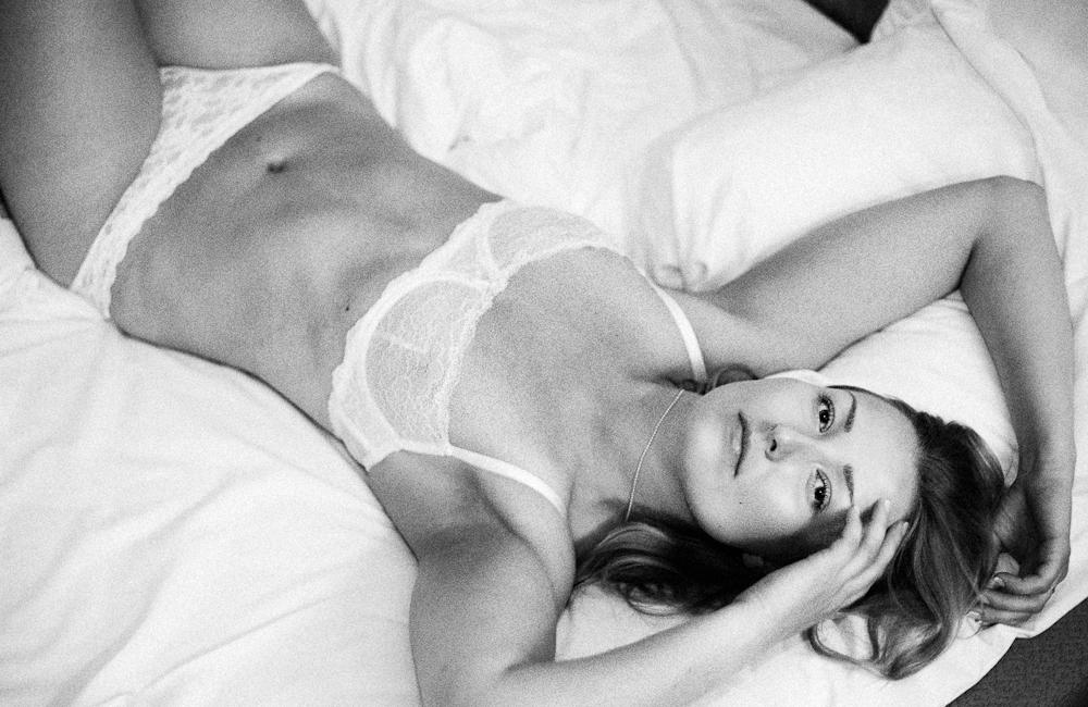 Marie  – boudoirfotografering på hotellrum