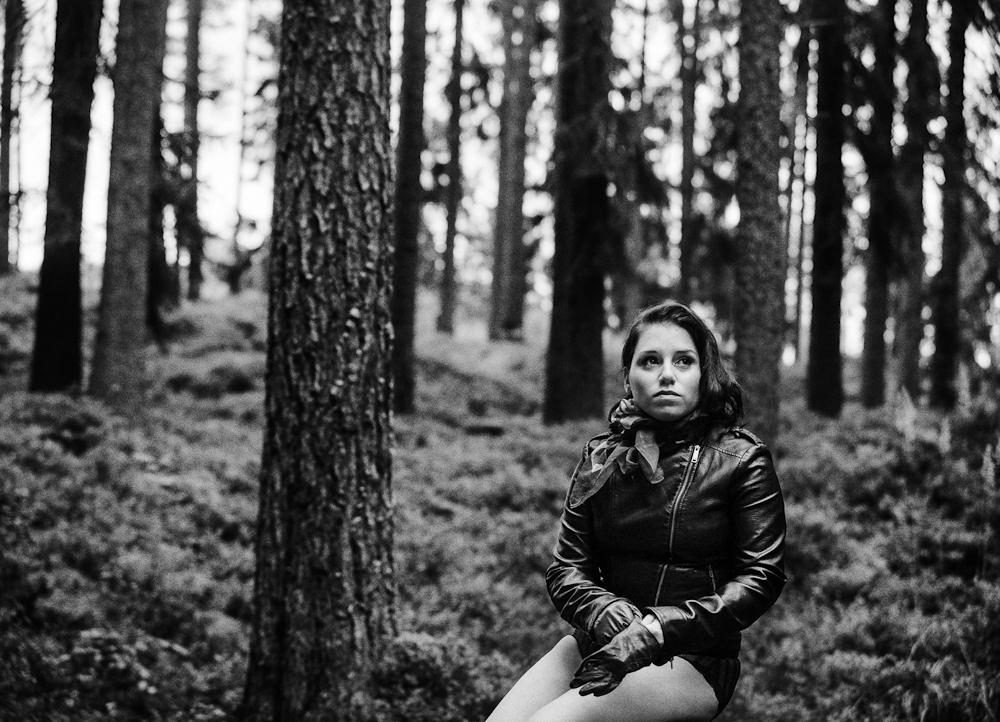 Twin Peaks – En Annorlunda Vintage Boudoirfotografering i Skogen med min Syster