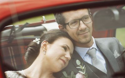 Bröllop i Tyresö med röd vintage bil