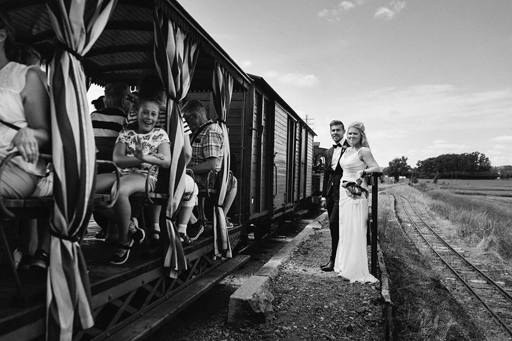 bröllop_mariefred_gripsholm_tåg_fält_porträtt_lantligt_14