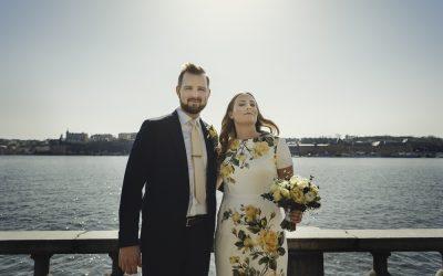 Vårvigsel i blommig klänning i Stockholms stadshus