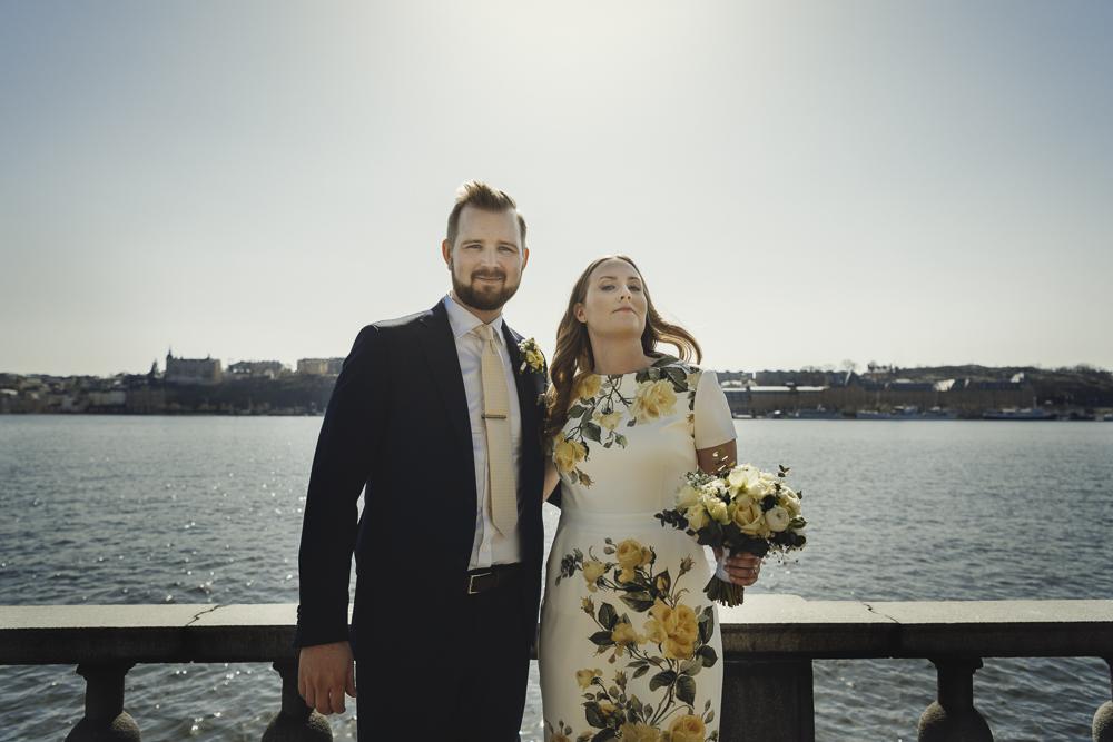 41b1ec01d46a Vårvigsel i blommig klänning i Stockholms stadshus